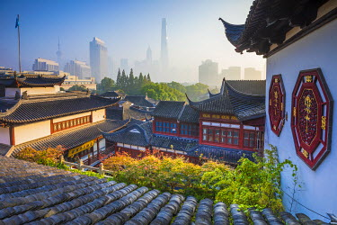 CN03601 Yu Yuan Gardens and Pudong skyline behind, Shanghai, China