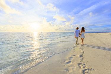 MD01311 Maldives, South Ari Atoll, Thudufushi Island, Diamonds Thudufushi Resort, couple walking on the beach (MR)