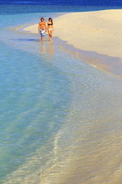 MD01319 Maldives, South Ari Atoll, Thudufushi Island, Diamonds Thudufushi Resort, couple walking on the beach (MR)