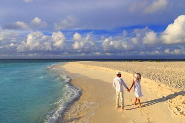 MD01370 Maldives, South Ari Atoll, Thudufushi Island, Diamonds Thudufushi Resort, couple walking on the beach (MR)