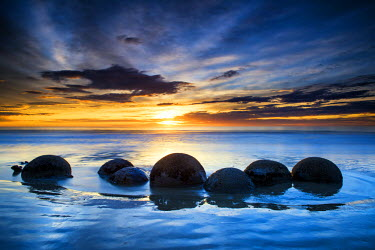 NZ9164AW Moeraki Boulders at Sunrise, Otago Coast, New Zealand