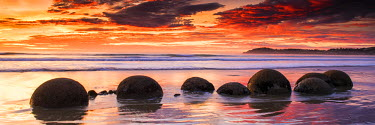 NZ9169AW Moeraki Boulders at Sunrise, Otago Coast, New Zealand