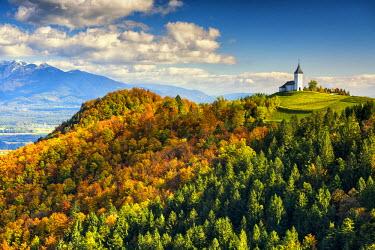 SLO1167AW Church of St. Primoz in Autumn, Jamnik, Gorenjska, Slovenia, Europe