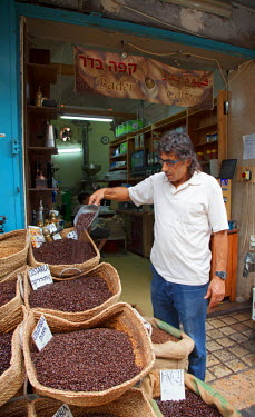 ISR0104 Israel, Akko. A coffee seller at the market. Unesco.