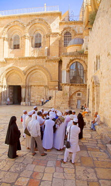 ISR0168 Israel, Jerusalem. Muslims in the courtyard leading to the entrance of the Church of the Holy Sepulchre. Unesco.