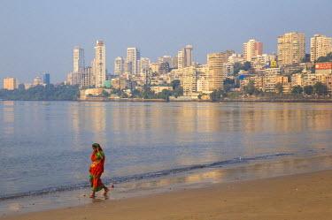 IN07126 India, Maharashtra, Mumbai, Chowpatty, Woman walking along Chowpatty beach