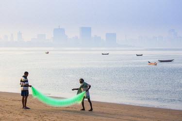 IN07135 India, Maharashtra, Mumbai, Chowpatty, Men with fishing net on beach