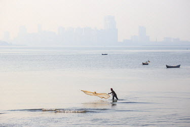 IN07137 India, Maharashtra, Mumbai, Chowpatty, Man fishing