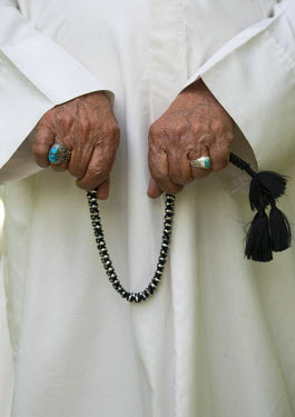 HMS2257756 Iran, Fars Province, Shiraz, man counting muslim prayer beads