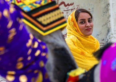HMS2562912 Iran, Qeshm Island, Salakh, bandari veiled woman