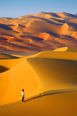HMS2102971 United Arab Emirates, Abu Dhabi, Liwa Oasis, Moreeb Hill, Tal Mireb, woman in the sand dunes of the Rub Al Khali desert (Empty Quarter)