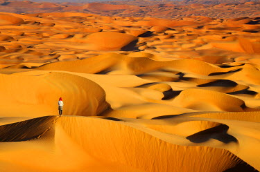 HMS2102973 United Arab Emirates, Abu Dhabi, the Liwa Oasis, Moreeb Hill, Tal Mireb, woman in the sand dunes of the Rub Al Khali desert (Empty Quarter) (Episode VII)