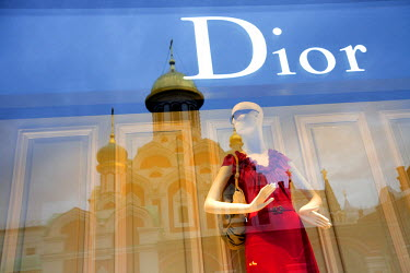 HMS0214607 Russia, Moscow, Red Square, the luxurious shop at the Gum with the Kazan Cathedral in reflection