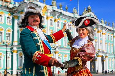HMS1182340 Russia, Saint Petersburg, listed as World Heritage by UNESCO, Dvortsovaya square , street performer front of the winter palace