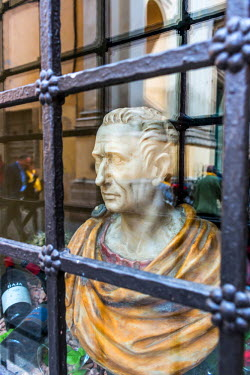 ITA9599AW Bust of Roamn emperor in window of antique shop in Travestere, Rome, Italy.
