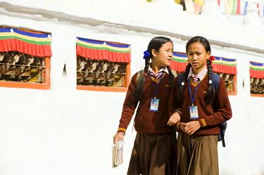HMS0310386 Nepal, Kathmandu Valley listed as World Heritage by UNESCO, Bagmati Zone, Buddhist stupa of Bodnath, schoolgirls