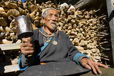 HMS0310603 Nepal, Bagmati Zone, Langtang National Park, Langtang (3514m), old man with his prayer wheel
