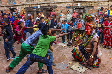 HMS2354251 Nepal, Bagmati zone, Bhaktapur, kids and a street actor