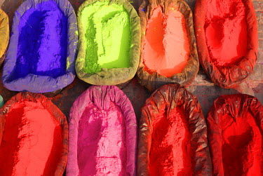 HMS0208222 Nepal, Kathmandu Valley listed as World Heritage by UNESCO, Kathmandu, Hindu Temple of Pashupatinath, colors powder for offering