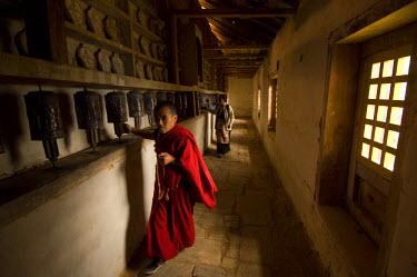 HMS0812937 Nepal, Sagarmatha Zone, Solu Khumbu District, Chiwong Monastery, sherpa festival of Mani Rimdu, circum-ambulation of the pilgrims, while actionning the prayer wheels