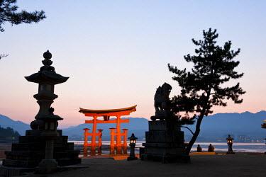 HMS0320532 Japan, Honshu Island, Chugoku Region, Miyajima Island in Seto Inland Sea, Itukushima Shinto Shrine listed as World Heritage by UNESCO, the floating Torii