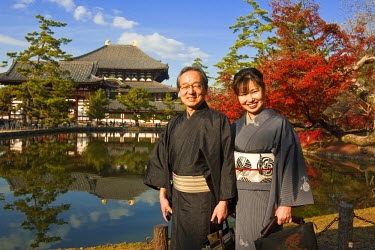 HMS0367022 Japan, Honshu Island, Kinki Region, city of Nara, Historic Monuments of Ancient Nara listed as World Heritage by UNESCO, the Daibutsu Den (Central Pavilion) of the Todai-ji Temple, couple in tradition...