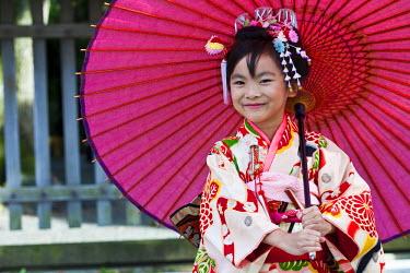 HMS0372777 Japan, Honshu Island, Tokyo, Meiji Jingu Shinto Shrine dedicated to the Meiji Emperor and his spouse Shoken, ceremony of ShichiGoSan with the children wearing kimono of 7, 5 and 3 years old
