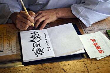 HMS2143901 Japan, Honshu island, Kanto, Tokyo, monk making a calligraphy