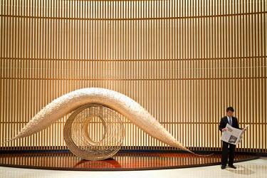 HMS0464254 Japan, Honshu Island, Tokyo, Chiyoda, Peninsula luxury hotel, lobby with a Keisen Hama art piece from 2007