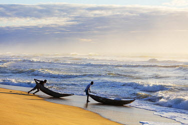 MAD1057 Africa, (easthern) Madagascar, Tamatave, Indian Ocean coast, fishermen with pirogue canoe going out to sea