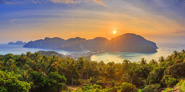 TH03687 Thailand, Krabi Province, Ko Phi Phi Don Island, View of Ao Ton Sai and Ao Lo Dalam beaches