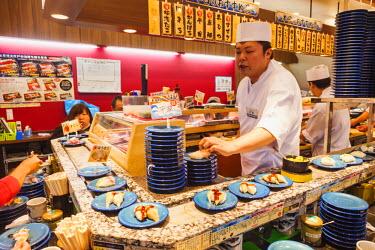 TPX58153 Japan, Honshu, Tokyo, Moving Sushi Restaurant