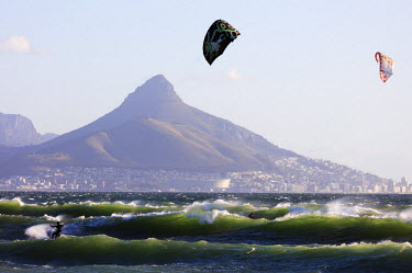 SAF6854 South Africa, Western Cape, Cape Town, Table Mountain Lions Head, kite surfing