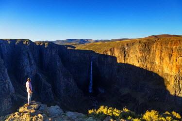 LES1184 Africa, Lesotho, tourist at Maletsunyane Falls