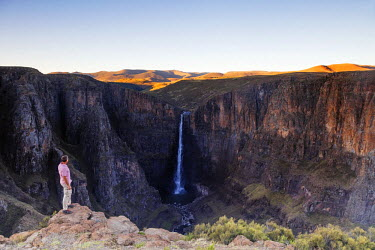 LES1186 Africa, Lesotho, tourist at Maletsunyane Falls