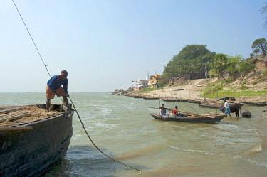 IND8233 India, Bihar, River Ganges. Boatmen on the riverbank nr Vikramshila.