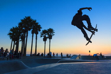HMS2191785 United States, California, Los Angeles, Venice Beach, skaters