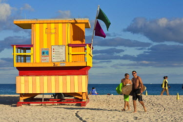 HMS0369856 United States, Florida, Miami Beach, South Beach, surfers et lifesaver cabin on the beach at the level of the 3rd street