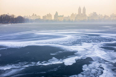 HMS1877217 United States, New York, Manhattan, Central Park in winter, Jacqueline Kennedy Onassis Reservoir and the San Remo Apartments