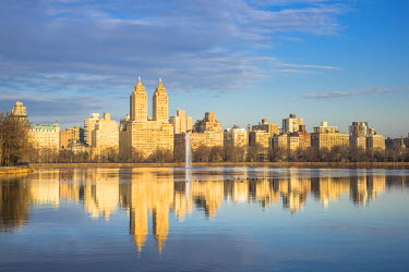 HMS1877389 United States, New York, Manhattan, Central Park, Jacqueline Kennedy Onassis Reservoir and the San Remo Apartments