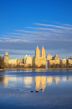 HMS1877390 United States, New York, Manhattan, Central Park, Jacqueline Kennedy Onassis Reservoir and the San Remo Apartments