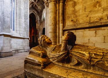 POR9188AW Portugal, Lisbon, Se Cathedral Ambulatory, Chapel of Santa Ana, Gothic sarcophagus of the portuguese princess.