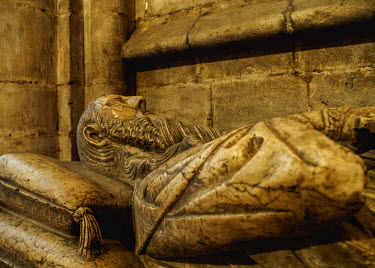 POR9265AWRF Portugal, Lisbon, Se Cathedral Ambulatory, Gothic tomb of knight Lopo Fernandes Pacheco.