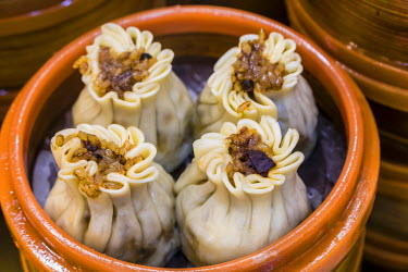 CH10686AW Steamed pork dumplings, in Shanghai, China, Yu Yuan Baazar food stalls.