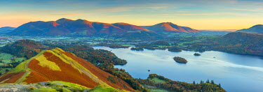 UK08004 UK, England, Cumbria, Lake District, Derwentwater, Skiddaw and Blencathra mountains above Keswick, from Cat Bells