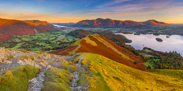 UK08011 UK, England, Cumbria, Lake District, Derwentwater, Skiddaw and Blencathra mountains above Keswick, from Cat Bells
