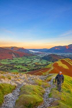UK08014 UK, England, Cumbria, Lake District, Derwentwater, Cat Bells Fell, Walker (MR)