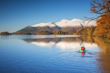 UK08100 UK, England, Cumbria, Lake District, Keswick, Derwentwater and Skiddaw Mountain, Man canoeing