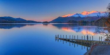 UK08102 UK, England, Cumbria, Lake District, Keswick, Derwentwater, Ashness Jetty, Skiddaw Mountain in background