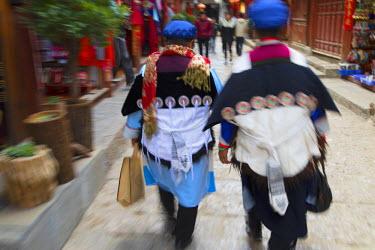 CH10914AW Naxi women wearing traditional clothing, Lijiang (UNESCO World Heritage Site), Yunnan, China